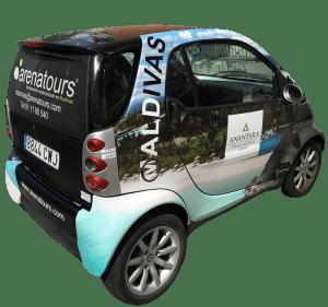 Auto con diseño de rótulo profesional