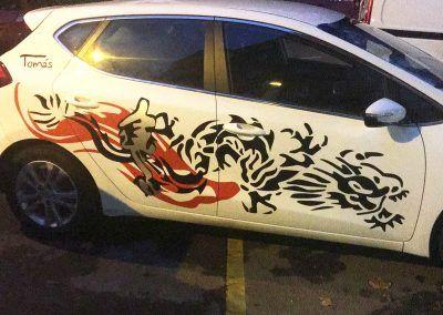 Decoración en vinilo sobre auto